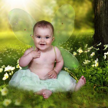 Niña pequeña en el bosque